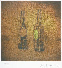 Rob Scholte - Zeefdruk uit de serie Mis en bouteille dans nos cave , nummer 27 uit een oplage van 200 stuks uit het jaar 2000 , hand gesigneerd .Deze Zeefdruk kan altijd vrijblijvend bezichtigd worden in TERNEUZEN ,Telefoon: 0115 620556 , 06-31957298 op afspraak op een dag en tijd die u het beste uitkomt. Verzenden per pakketpost is ook mogelijk door geheel Nederland en België.  € 89,-Rob Scholte (Amsterdam, 1958) kunstenaarIn 1958 komt Rob Scholte ter wereld in Amsterdam. Van 1977 tot 1982 studeert hij aan de Gerrit Rietveld Academie. In 1982 debuteerde hij samen met Sandra Derks metRom 87. Dit is een reeks in vrije stijl geschilderde variaties op een boek kleurplaten. In 1984 begint hij met het exposeren van minutieus geschilderde werken in The Living Room. In 1990 exposeert hij op de Documenta in Kassel en in 1990 mag hij het Nederlands paviljoen op de Biennale in Venetie inrichten.Zijn werk kan wel onder het postmodernisme worden geschaard. Hij schildert precies en realistisch bestaande beelden na, niet alleen uit de media en plaatjesboeken, maar ook uit de reclame. Orginaliteit is een illusie volgens Scholte. Reproducties zijn belangrijker, die zorgen er immers voor dat het kunstwerk een zo groot mogelijk publiek bereikt. Volgens Rob Scholte moet kunst een boodschap over brengen en die kan enkel worden overgebracht als men ook de beeldtaal om ons heen gebruikt. Vaak verwerkt hij autobiografische elementen in zijn kunst, die soms heel duidelijk aan te wijzen zijn en soms een moeilijkere zoektocht vergen. Rob Scholte is een van de bekendere moderne kunstenaars in Nederland en zijn werk is in vele collecties, galeries en musea opgenomen.